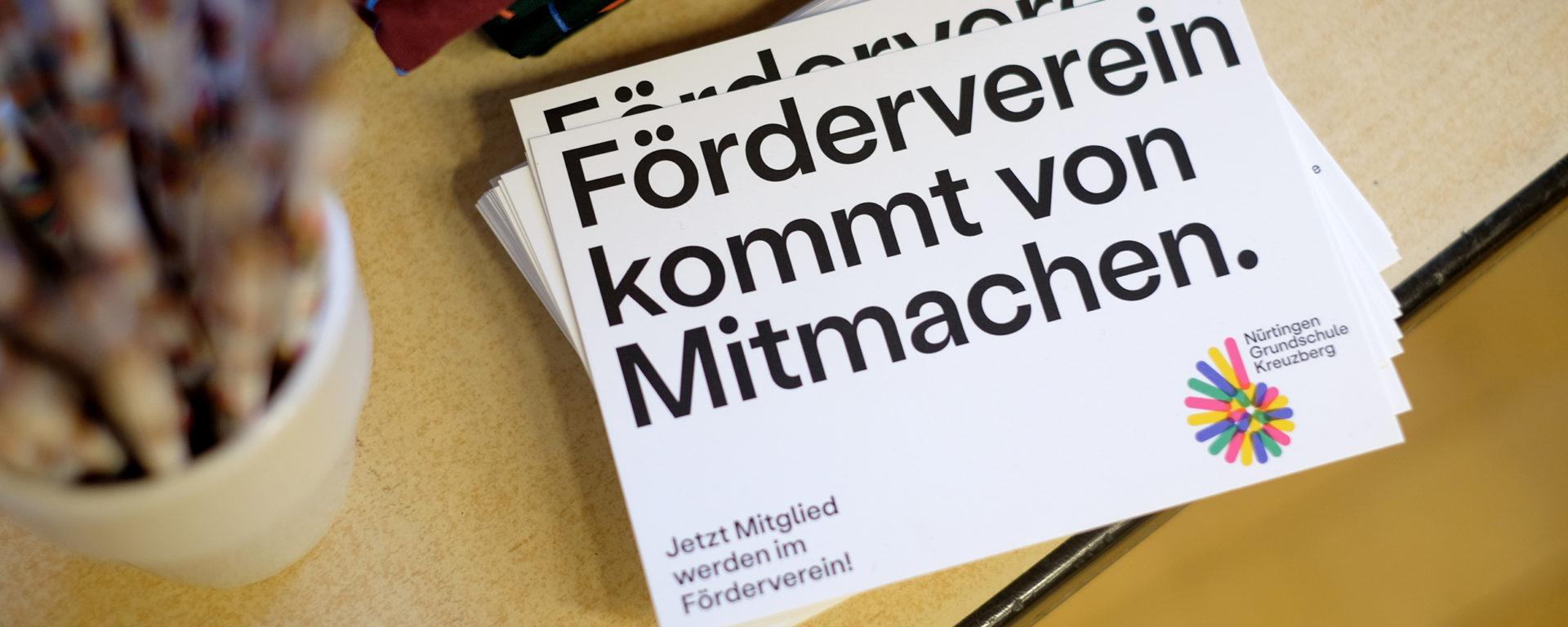 """Postkarten des Förderveriens der Schule mit Schriftzug """"Förderverein kommt von Mitmachen."""""""