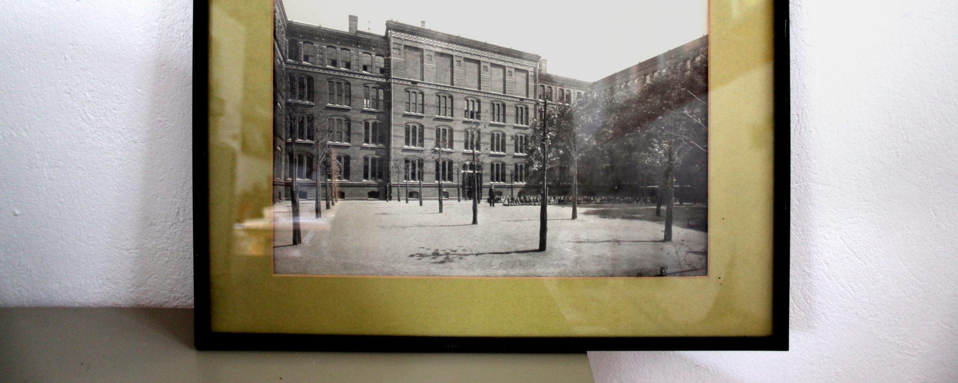 Historisches Foto eines Gebäudes der Nürtingen-Grundschule in einem Bilderrahmen